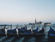 Живописный вид на Гондолы в Венеции, Италия — стоковое фото