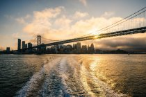 Vue panoramique du pont de la baie au coucher du soleil, San Francisco, en Californie, Amérique, Etats-Unis — Photo de stock