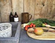 Відкритий кухонному столі зі свіжих овочів — стокове фото