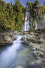 Vista panorámica de la majestuosa cascada, Java Occidental, Indonesia - foto de stock