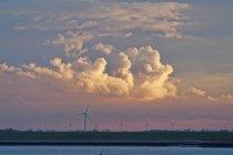 Ветровые турбины вдоль реки Эмс, Нижняя Саксония, Германия — стоковое фото