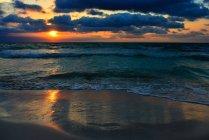Vista panorámica de la playa al atardecer, Mallorca, España - foto de stock