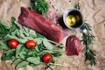 Bistecca con pomodori ed erbe su carta — Foto stock
