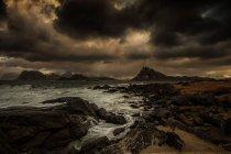 Tempête approchant la plage, Flakstad, Lofoten, Nordland, Norvège — Photo de stock