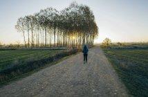 Женщина, идущая по улице Камино де Сантьяго, больница Орбиго, Леон, Испания — стоковое фото