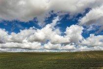 Живописный вид на сельскую местность под облаками, Испания — стоковое фото