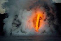 Лава течет из лавовой трубки в Тихий океан, Гавайи, Америка, США — стоковое фото