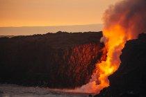 Лава, впадающих в Тихий океан, Гавайи, Америка, США от лавовые трубки — стоковое фото