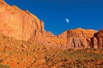 Лунный подъем над Копперхед Мбенг, Долина Монументов, Аризона, Америка, США — стоковое фото