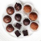 Vista superior de trufas de chocolate en un plato - foto de stock