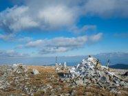 Wanderstöcke lehnen an Stapeln von Felsen, belmeken, kostenets, sofia, bulgaria — Stockfoto