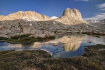 Живописный вид на горный рефлекс в Рок-Крик, Национальный лес Секуа, Калифорния, Америка, США — стоковое фото