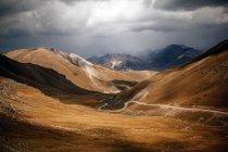 Vue panoramique sur la route qui traverse les montagnes Kirghizes, Kirghizistan — Photo de stock