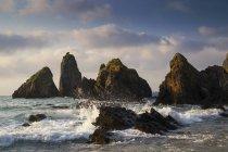Vue panoramique sur les vagues qui s'écrasent sur les rochers, Laga Beach, Ibarrangelu, Gascogne, Pays Basque, Espagne — Photo de stock