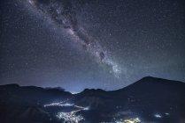Scenic view of Mount Rinjani at night, West Nusa Tenggara, Indonesia — Stock Photo