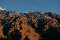 Vista panoramica sulle maestose montagne sotto cielo blu — Foto stock