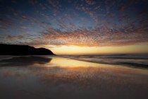Vista panorámica de la playa al atardecer, Crescent Head, Nueva Gales del Sur, Australia - foto de stock