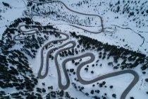 Vista aérea de la sinuosa carretera a través de las montañas, Kaunertal, Landeck, Tirol, Austria - foto de stock