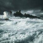 Vagues s'écrasant le long de la côte rocheuse, comté d'Antrim, Irlande du Nord, Royaume-Uni — Photo de stock