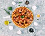 Pizza aux légumes entourée d'ingrédients frais — Photo de stock
