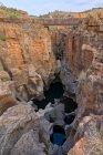 Uomo che attraversa un ponte, Buche della fortuna di Bourke, Mpumalanga, Sud Africa — Foto stock