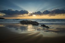 Vue panoramique sur le coucher du soleil côtier, la plage de Los Lances, Tarifa, Cadix, Andalousie, Espagne — Photo de stock