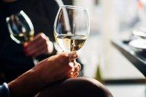 Zwei Frauen sitzen an einem Tisch und genießen ein Glas Wein — Stockfoto