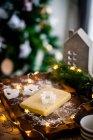 Різдвяне печиво тісто на дерев'яній обробні дошки з прикрасами — стокове фото