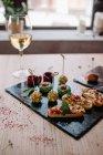 Крупним планом вид закусок з білим вином — стокове фото