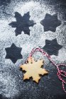 Copo de nieve y forma de estrella Galleta de Navidad, vista de cerca - foto de stock