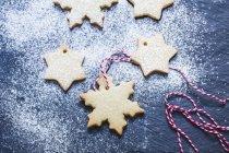 Decoraciones de galletas frescas en forma de copo de nieve, vista de cerca - foto de stock