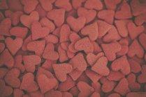Vista aérea de aspersiones en forma de corazón rojo - foto de stock