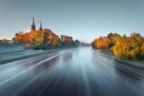 Malerischer Blick auf den Fluss in der Nähe der Kirche St. Matthias, Litauen — Stockfoto