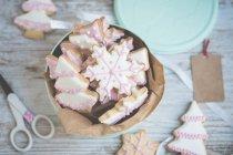 Крупный план олова рождественского печенья — стоковое фото