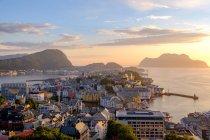 Arquitectura da cidade no por do sol, Alesund, mais og Romsdal, Noruega — Fotografia de Stock