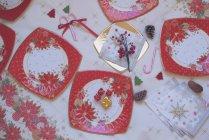 Верхний вид красочной сервировки рождественского стола — стоковое фото