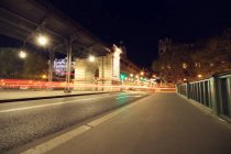 Malerischer Blick auf den Verkehr in der Stadt bei Nacht, Paris, Frankreich — Stockfoto