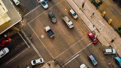 Вид с воздуха на улицу города с автомобилями и людьми, Претория, Гаутенг, ЮАР — стоковое фото