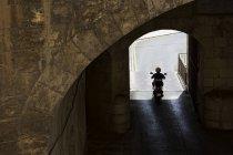 Homem andando de moto pelo túnel, Victoria gates, Valletta, Malta — Fotografia de Stock