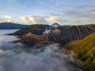 Nascer do sol no Bromo Tengger Semeru National Park, em East Java, Indonesia, tiradas com o dji Mavic Platinum Pro. Nuvens baixas visíveis ao redor da cratera do Monte Bromo. — Fotografia de Stock