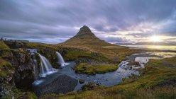Vista panoramica di alba presso Kirkjufellsfoss, Grundarfjordur, Islanda dell'ovest — Foto stock