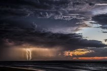 Vue panoramique de Thunderstorm en mer, île de Moreton, Queensland, Australie — Photo de stock