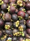 Vista de cerca de las frutas frescas del mangostán - foto de stock
