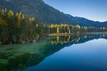 Живописный вид на озеро Хинтерзее, Рамзау, Берхтесгаден, Бавария, Германия — стоковое фото