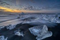 Vista panorâmica da praia de diamante no nascer do sol, Jokulsarlon, Parque Nacional das geleiras Vatnajokull, Islândia — Fotografia de Stock