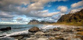 Vue panoramique sur la majestueuse plage d'Uttakleiv, Lofoten, Nordland, Norvège — Photo de stock