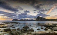 Vista del paisaje costero de Sandnes, Flakstad, Lofoten, Nordland, Noruega - foto de stock