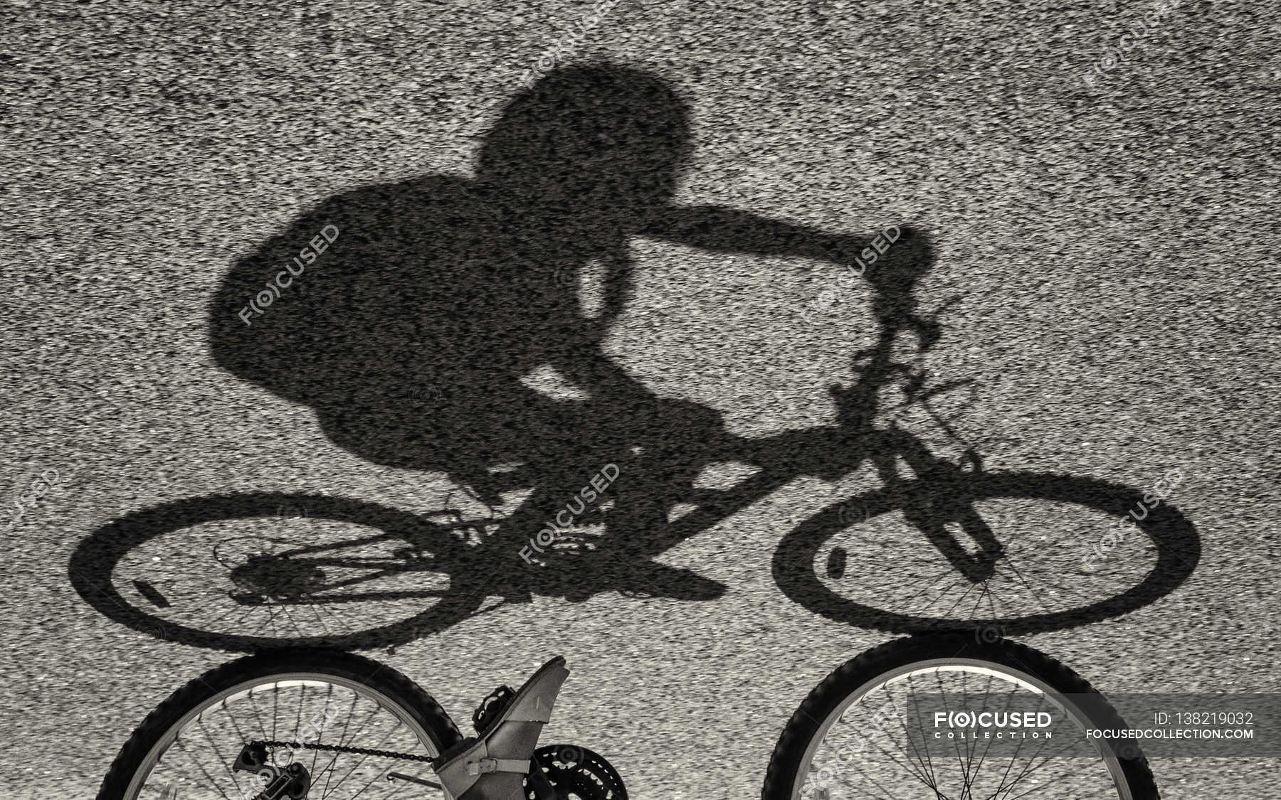 Schatten der Mädchen Reiten Fahrrad — Stockfoto   #138219032
