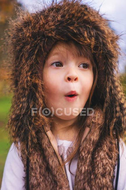 Маленькая девочка в пушистой шапке — стоковое фото