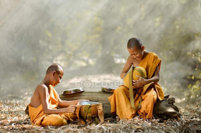Monjes budistas en bosque - foto de stock